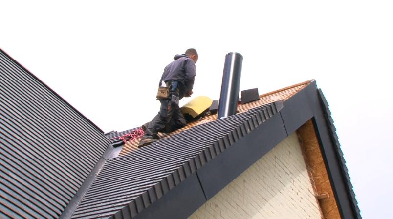 La couverture de la toiture la maison de l 39 mission for Toiture tuile plate noire